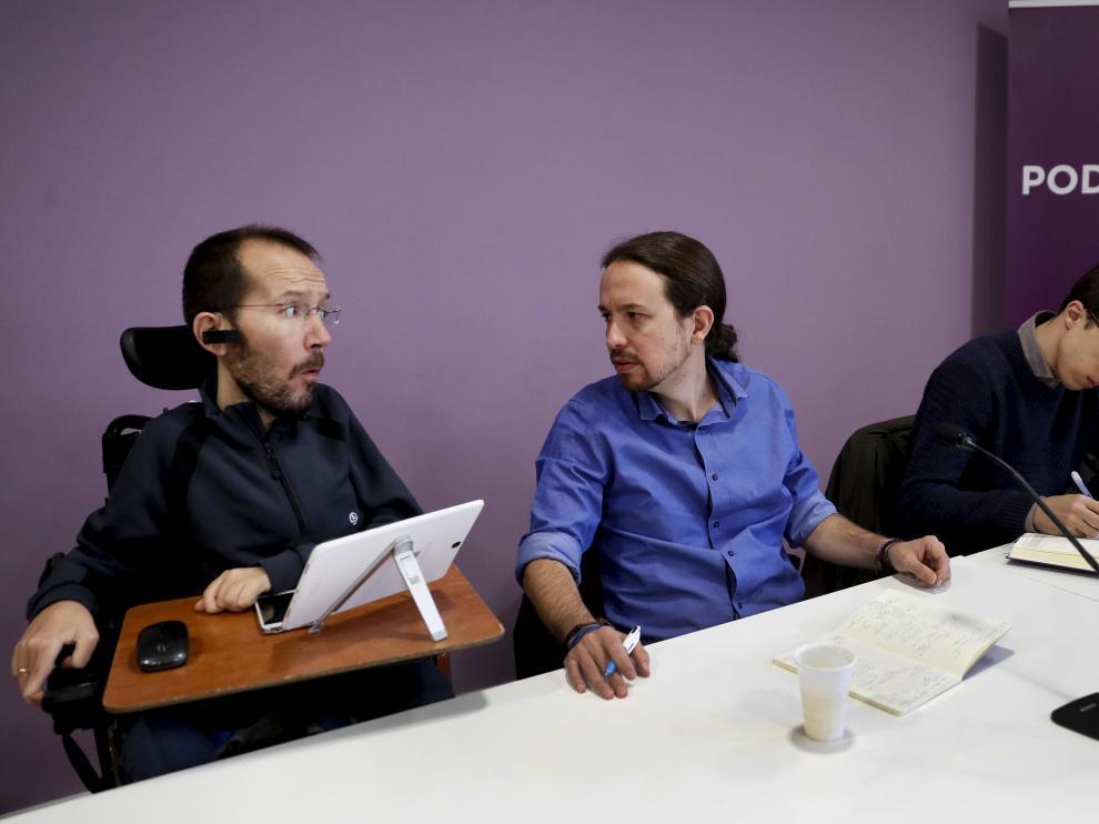 El líder de Podemos, Pablo Iglesias (c), conversa con el secretario del partido en Aragón, Pablo Echenique, junto al portafoz parlamentario del partido, Ínigo Errejón