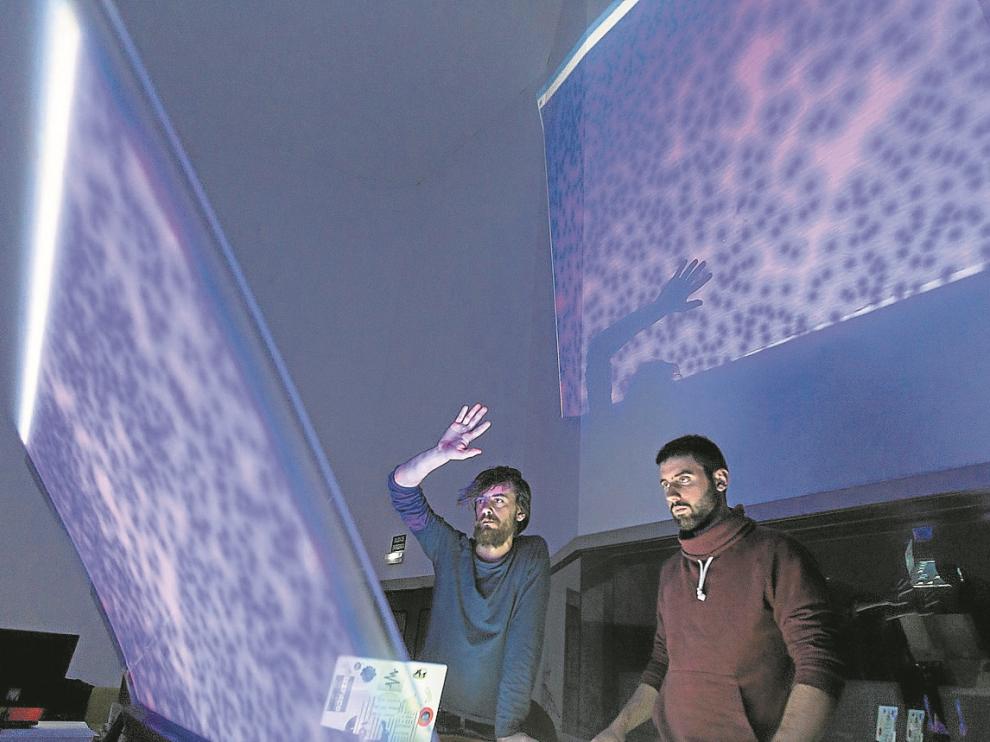 Carles Tardío –con el brazo en alto– y Diego Luis muestran el funcionamiento de la mesa.