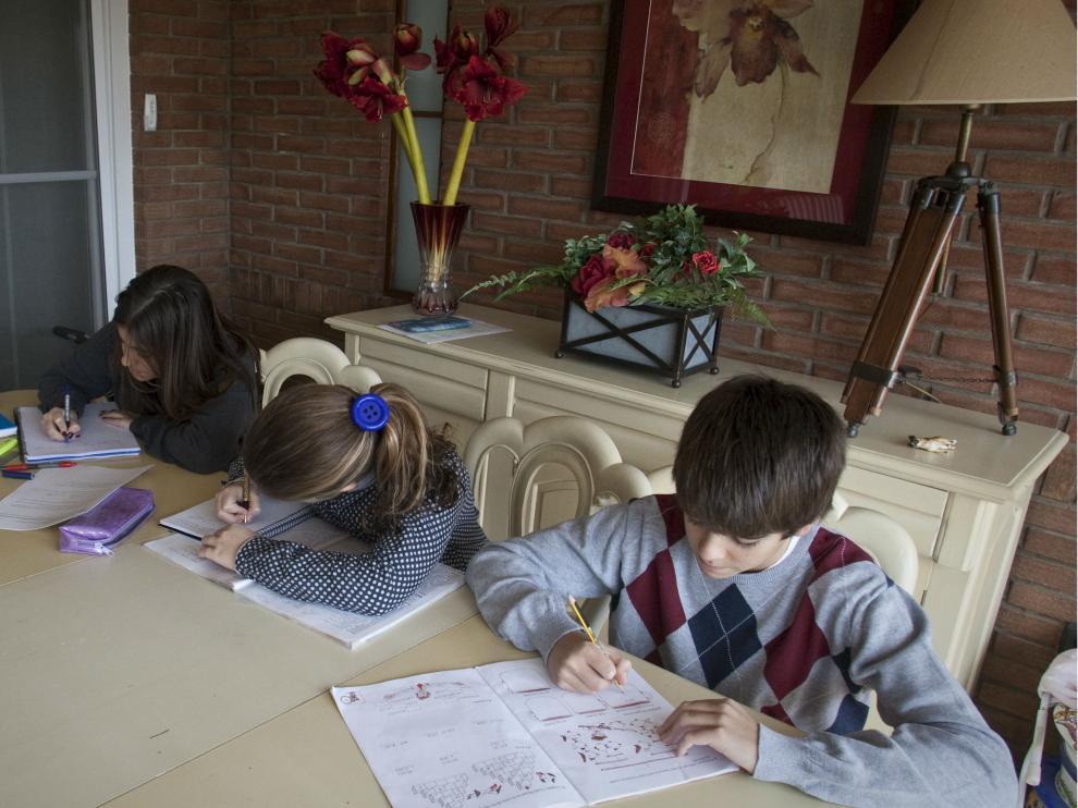 Dos niños haciendo deberes