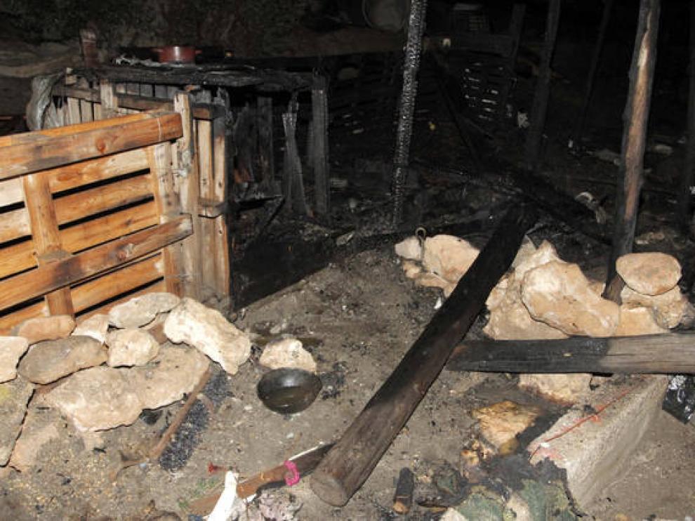 Estado en que ha quedado la chabola ubicada en un descampado en el barrio de la Vega de Acá, Almeria, donde una mujer de 30 años ha sufrido quemaduras en el 80 por ciento de su cuerpo