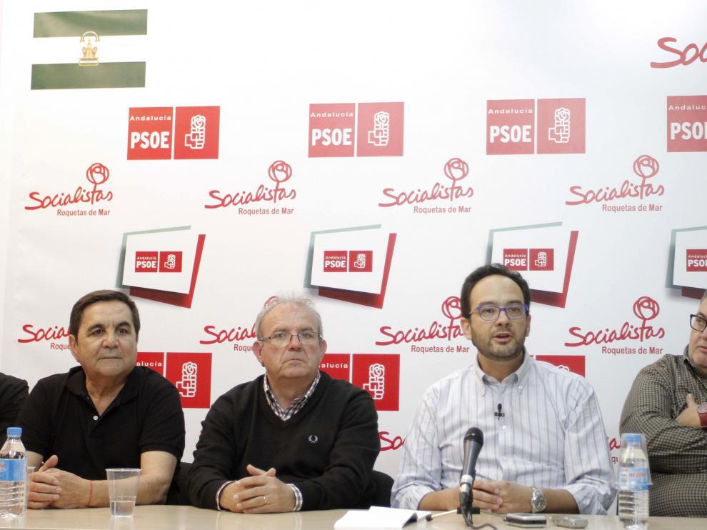 Hernando, con camisa blanca, en un encuentro del partido en Almería