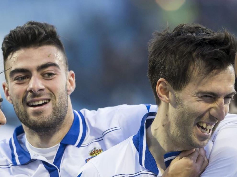 Rico y Lanzarote, dos de los advertidos de suspensión por cuatro amarillas, celebran un gol ante el Lugo.