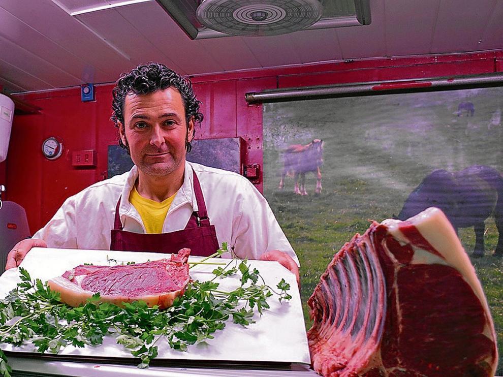 David Escudero, en su puesto del Mercado Central de Zaragoza especializado en carne de equino.