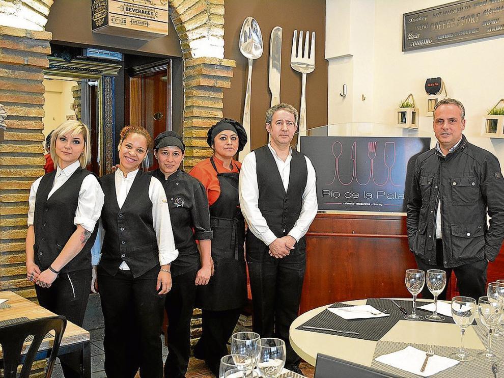 David Salvador, a la derecha, propietario, con todo el equipo del restaurante Río de la Plata.