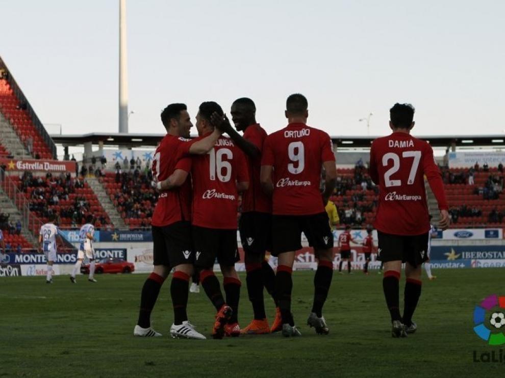 Los jugadores del Mallorca celebran uno de los goles de Colunga