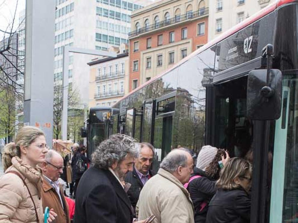 Usuarios del bus en Zaragoza