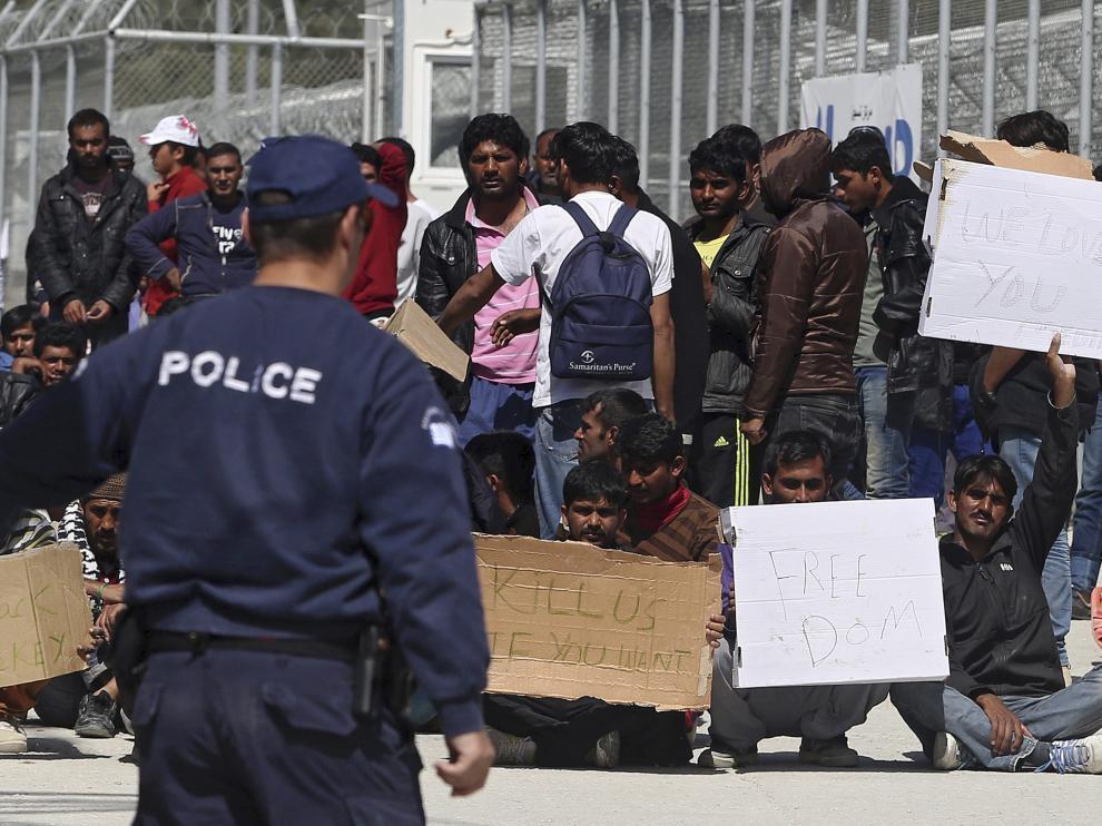 Inmigrantes y refugiados en la isla de Lesbos.