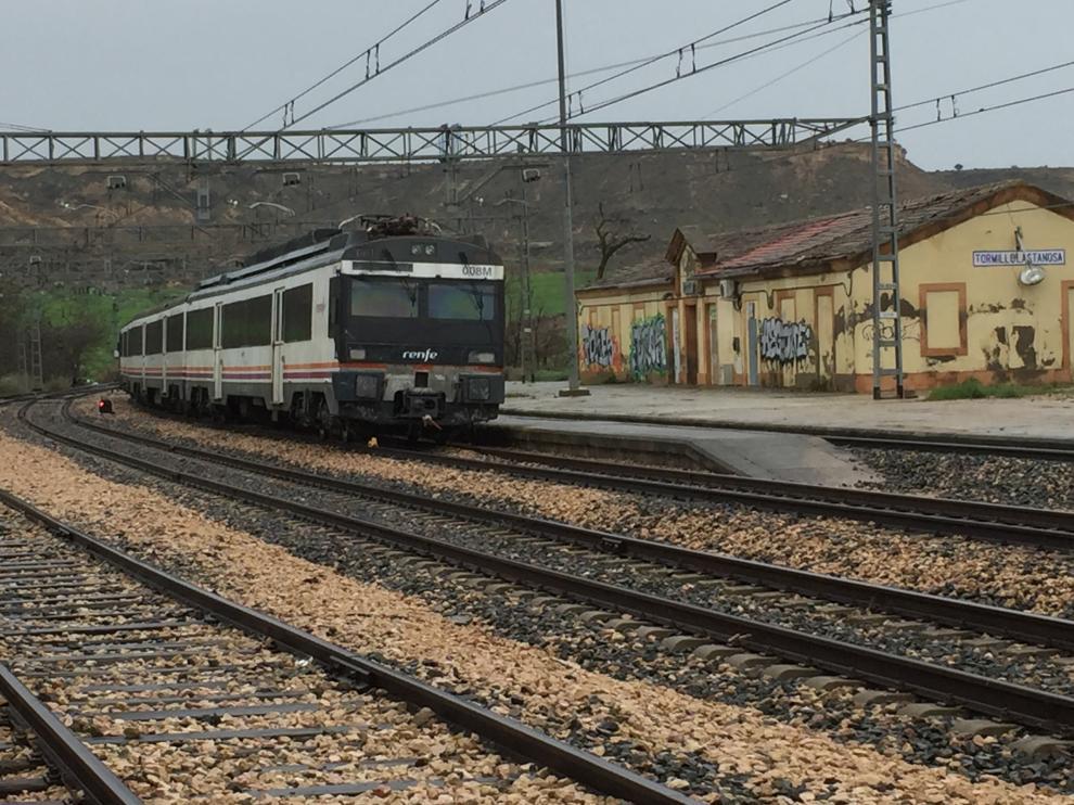 El tren averiado, en la estación de El Tormillo, próxima a Monzón.