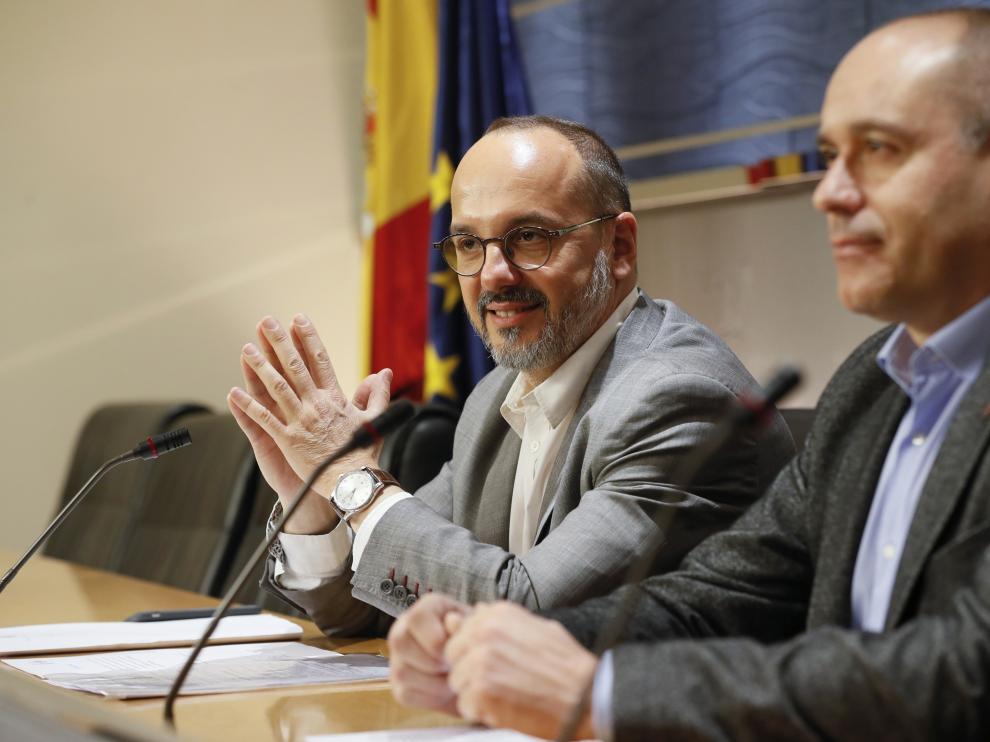 Los diputados de DiL, Carles Campuzano, y ERC, Jordi Salvador, en rueda de prensa sobre la proposición no de ley de la subida del salario mínimo interprofesional.