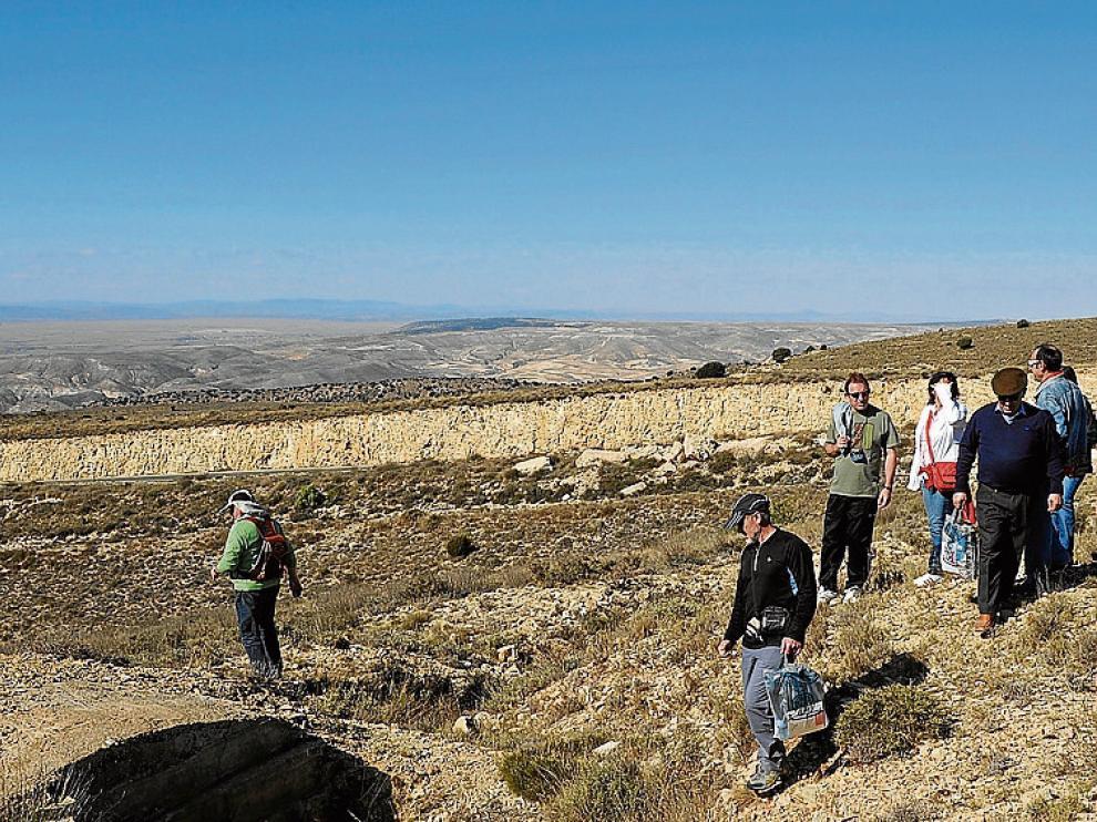 Imagen de una visita turística a trincheras cercanas a la ciudad.