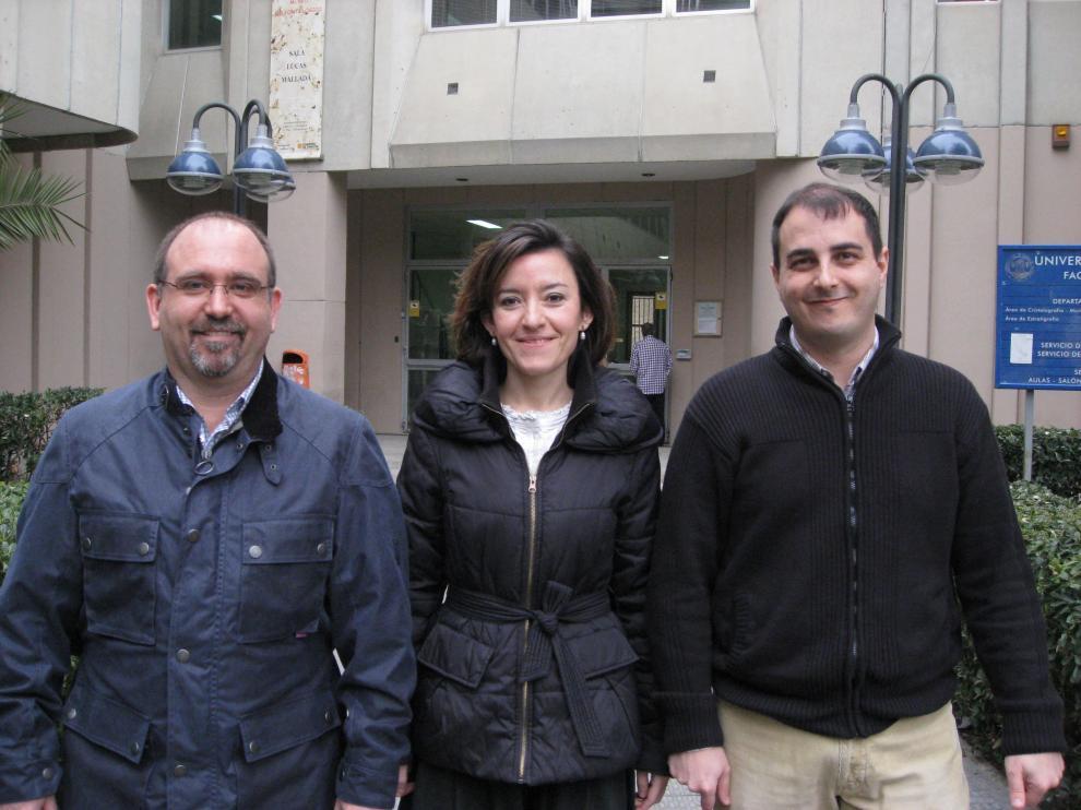 De izquierda a derecha, José Antonio Arz, Laia Alegret, Ignacio Arenillas, delante del Edificio de Geológicas en el Campus San Francisco.