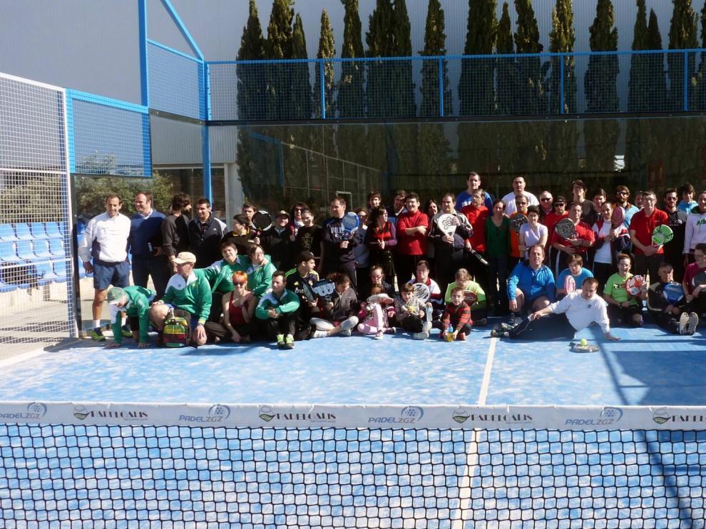 Participantes de la jornada de puertas abiertas al pádel adaptado, que se celebró en el club Pádel Zaragoza el pasado 2 de abril.