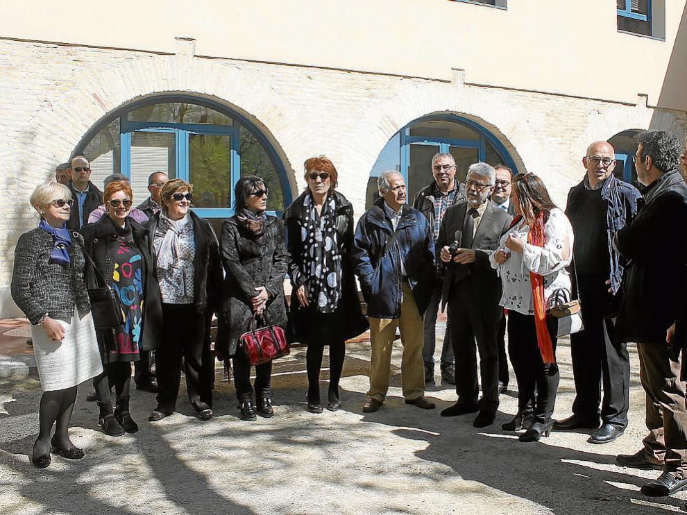 Los hijos de Beltrán con autoridades y vecinos delante del nuevo edificio cultural.