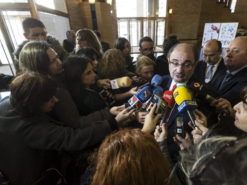 El presidente de Aragón habla con los medios tras su reunión con el ministro Soria.