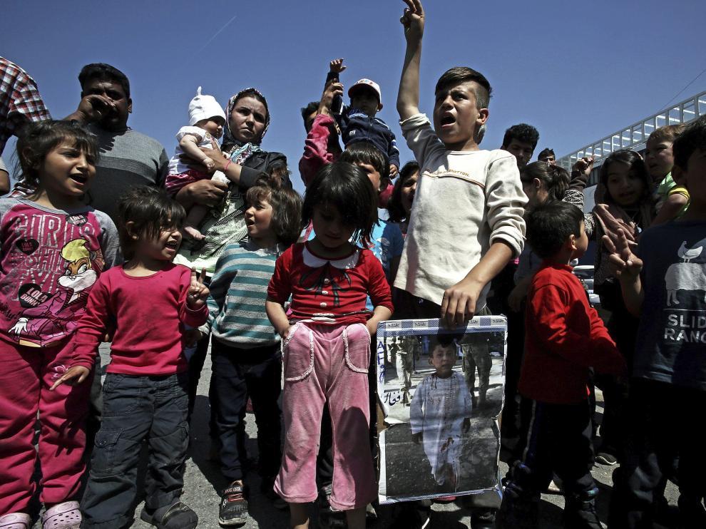 Niños refugiados durante una protesta en el campamento del puerto del Pireo, Grecia.