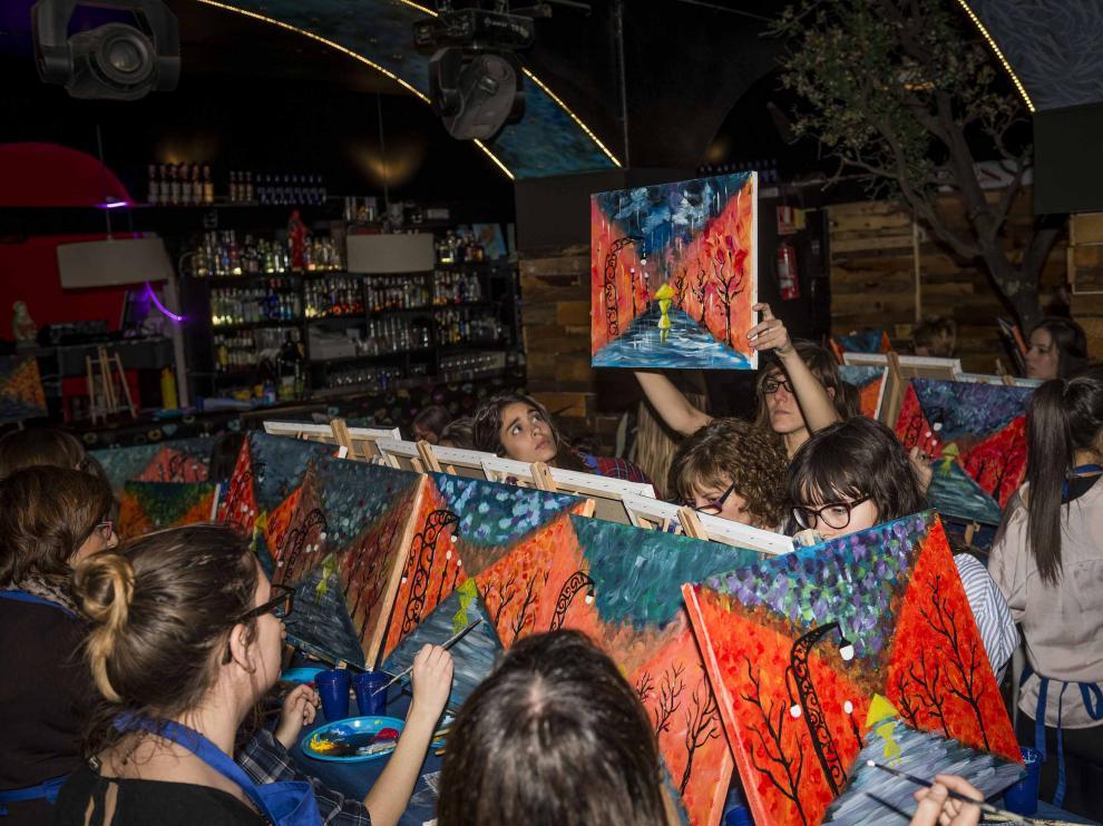 El club Vivalavida acoge una experiencia que combina ocio y pintura.