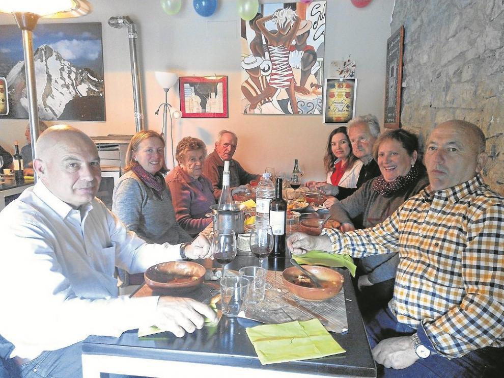 Un grupo de clientes de El Perdido disfrutan de las creaciones con legumbres del establecimiento.