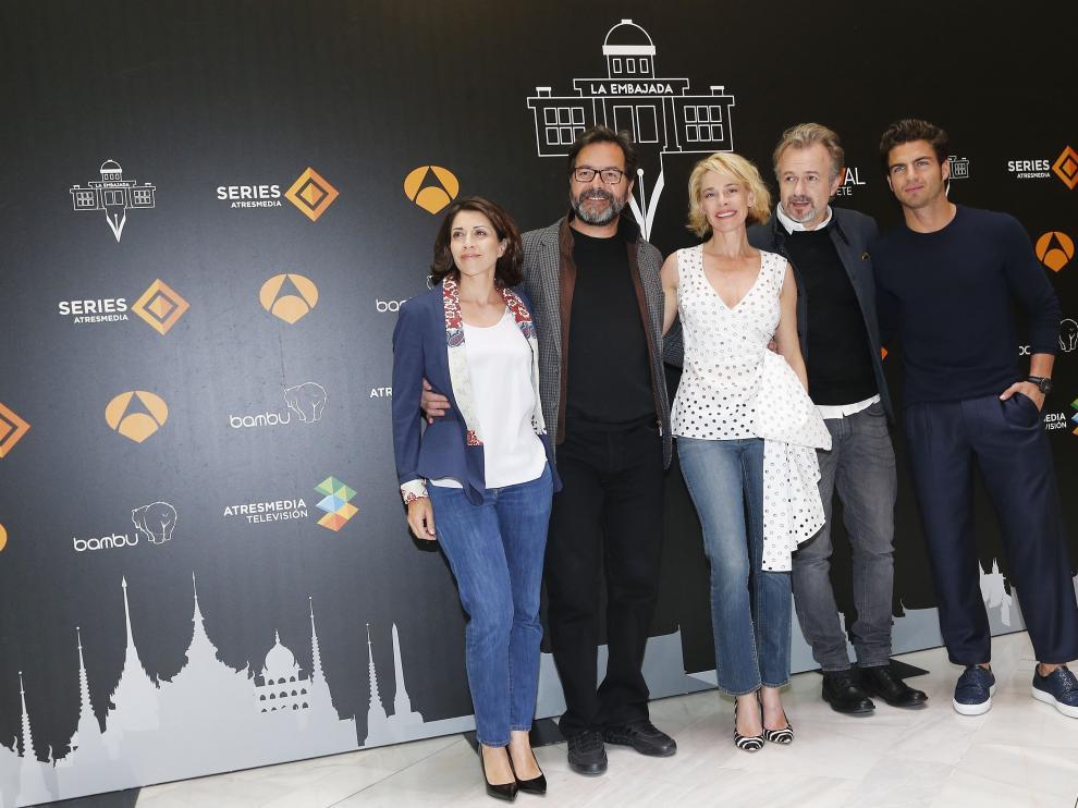 El reparto de 'La Embajada' durante el estreno del primer capítulo de la serie en Albacete.
