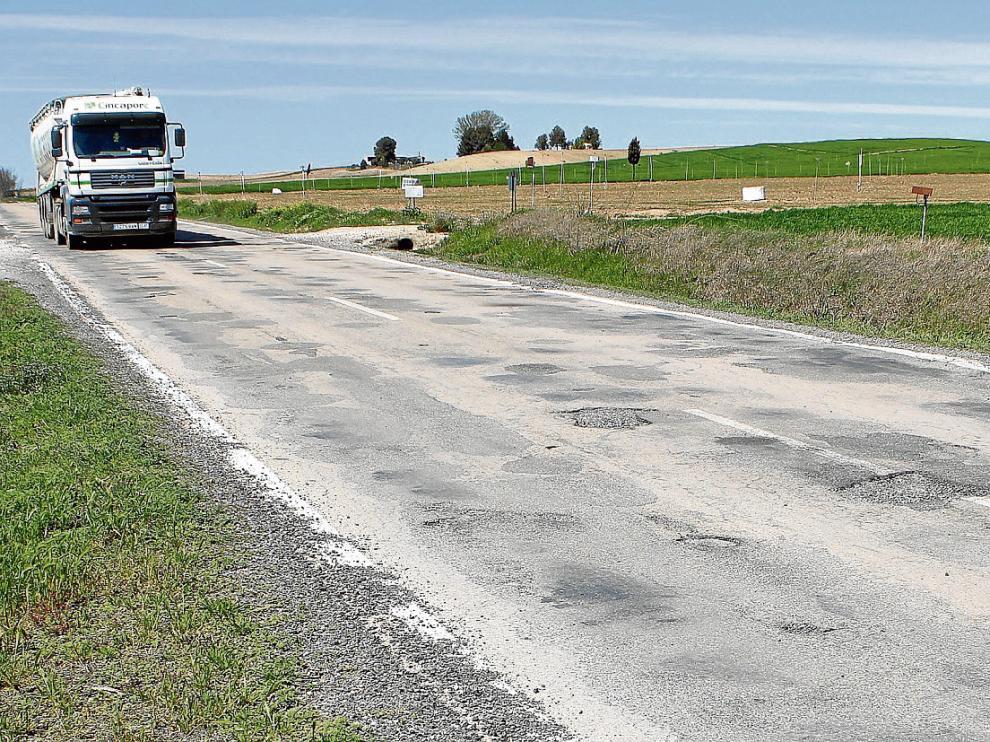 La carretera está plagada de baches. Imagen de archivo.