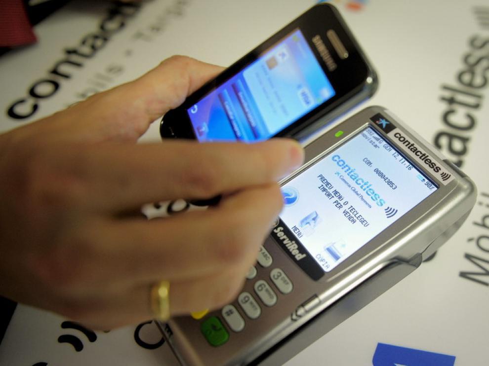 El pago con teléfono móvil en los comercios gana adeptos.