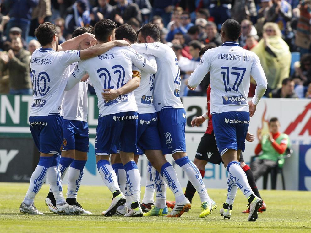 Los jugadores del Real Zaragoza celebran el gol de Dorca contra el Mallorca