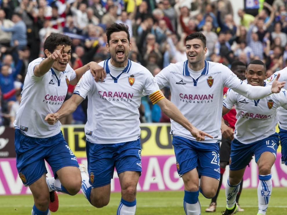 Albert Dorca, sin poder reprimir la emoción, celebra la consecución del 2-1 junto a sus compañeros.