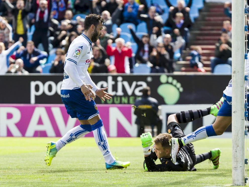 Guitián, uno de los advertidos de castigo, grita la consecución del primer gol por detrás de Ángel.