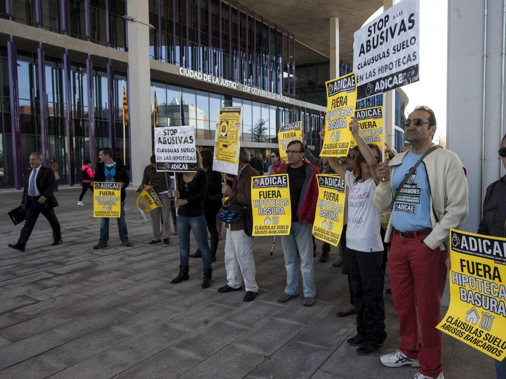 Imagen de archivo de una protesta de Adicae en Zaragoza contra las cláusulas suelo.