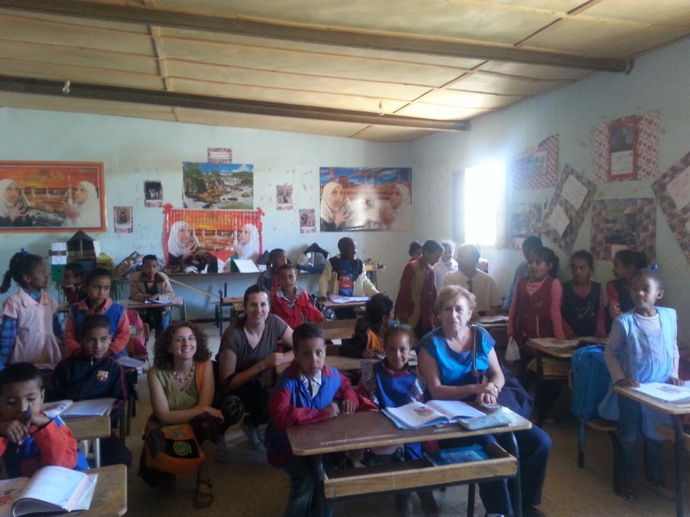 Los concejales del Ayuntamiento de Zaragoza que viajaron a Tinduf visitan un colegio en Bojador, Argelia.