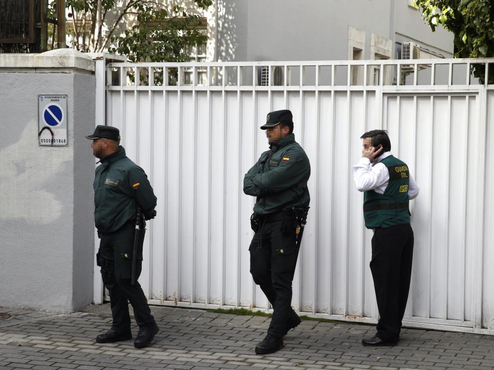 Agentes de la Guardia Civil, durante el registro del domicilio de Mario Conde