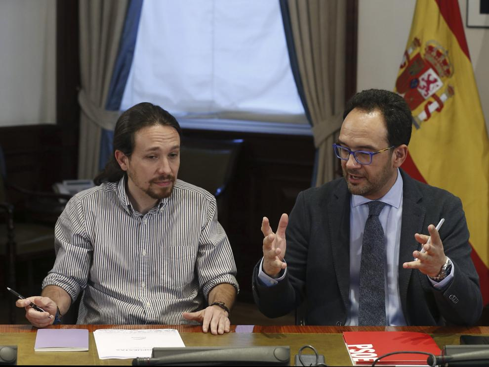 El líder de Podemos, Pablo Iglesias, y el portavoz del PSOE, Antonio Hernando