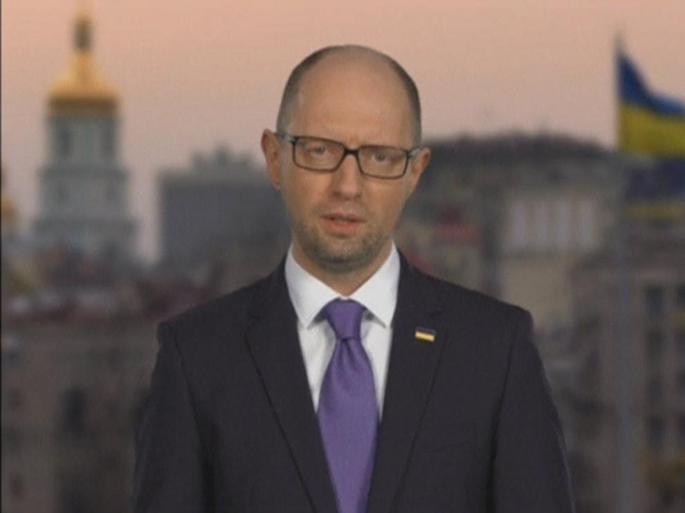 El primer ministro de Ucrania, Arseni Yatseniuk, anuncia su dimisión.