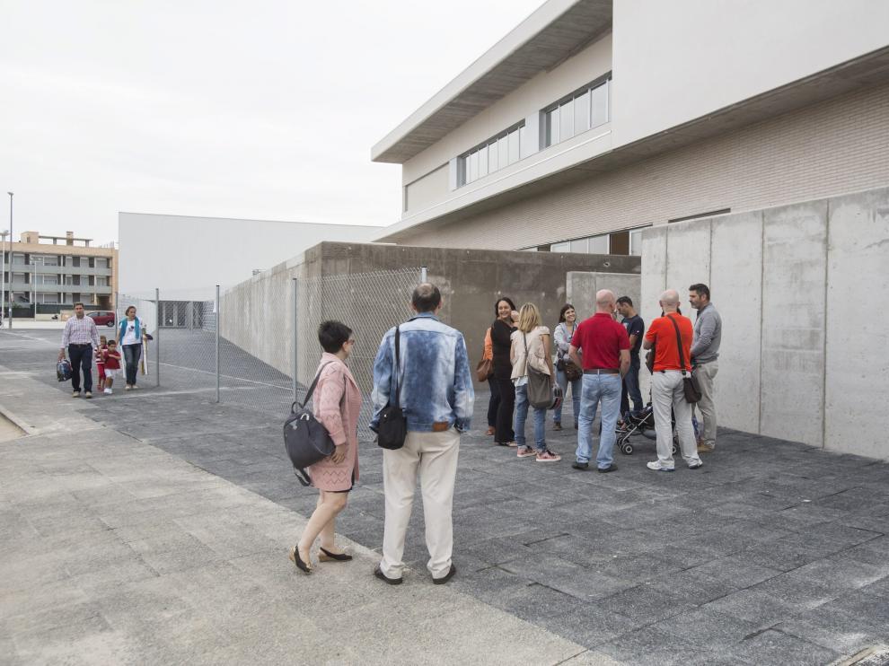 Varias familias entran al colegio internacional Ánfora de Cuarte el primer día de curso.