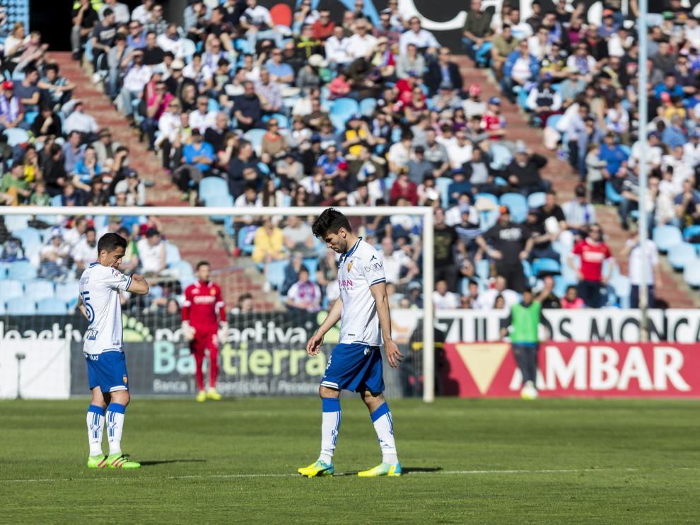 Momento en el que Cabrera, cabizbajo, abandona el campo expulsado en el partido de hace 17 ante el Girona en La Romareda.