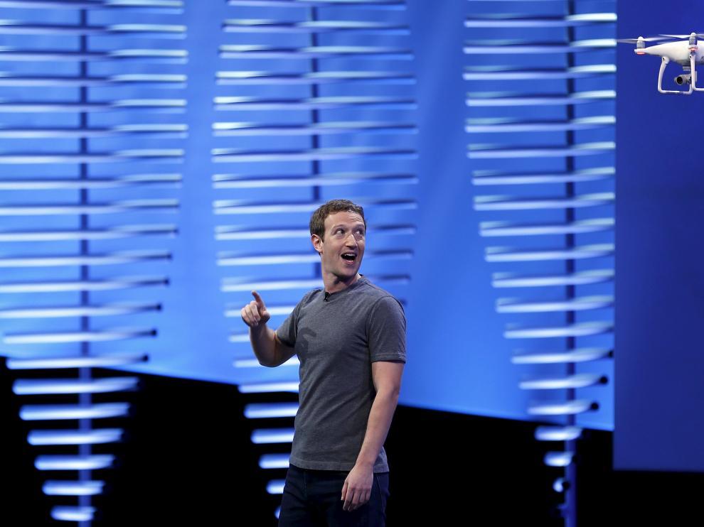 Mark Zuckerberg habla durante el Facebook F8