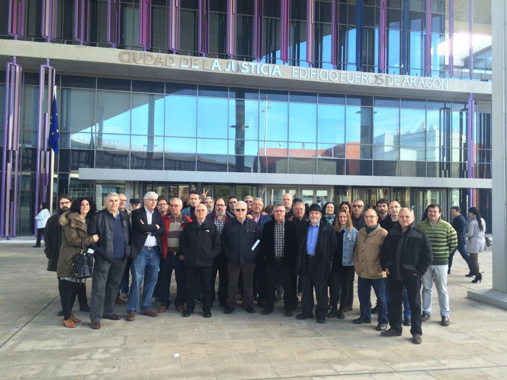Vecinos de la localidad, miembros de Alagón en Común, políticos y representantes de la Diputación de Zaragoza arroparon ayer a José Vera (en el centro, con camisa de cuadros) en la Ciudad de la Justicia.
