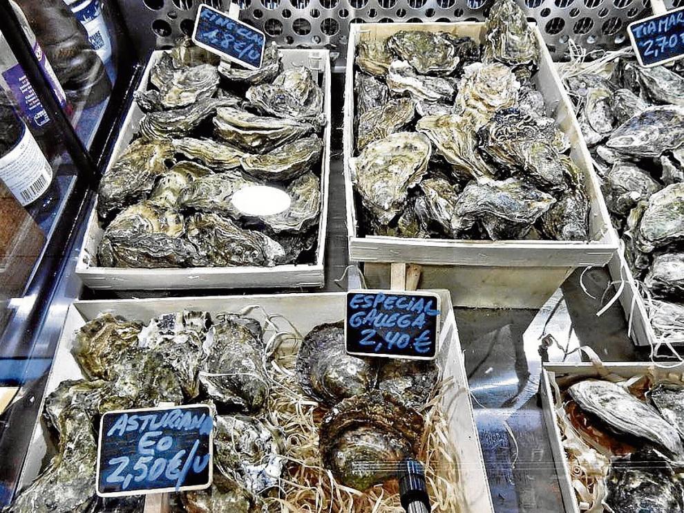 La Ostrería ofrece en sus vitrinas diferentes variedades y tamaños de ostras.