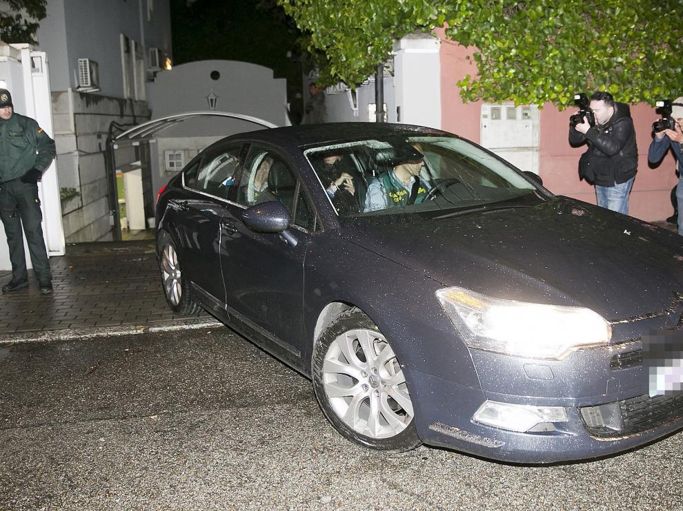 El expresidente de Banesto, Mario Conde, abandona su domicilio detenido por la Guardia Civil.