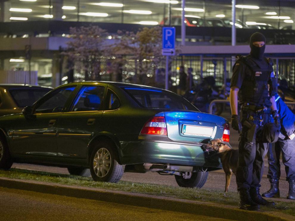Un Policía, en el aeropuerto de Amsterdam