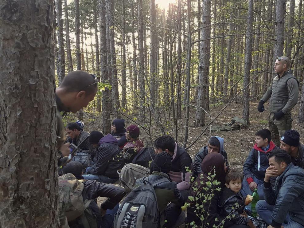 Nacionalistas búlgaros conducen a inmigrantes afganos hasta la frontera con Turquía para evitar su entrada en el país.