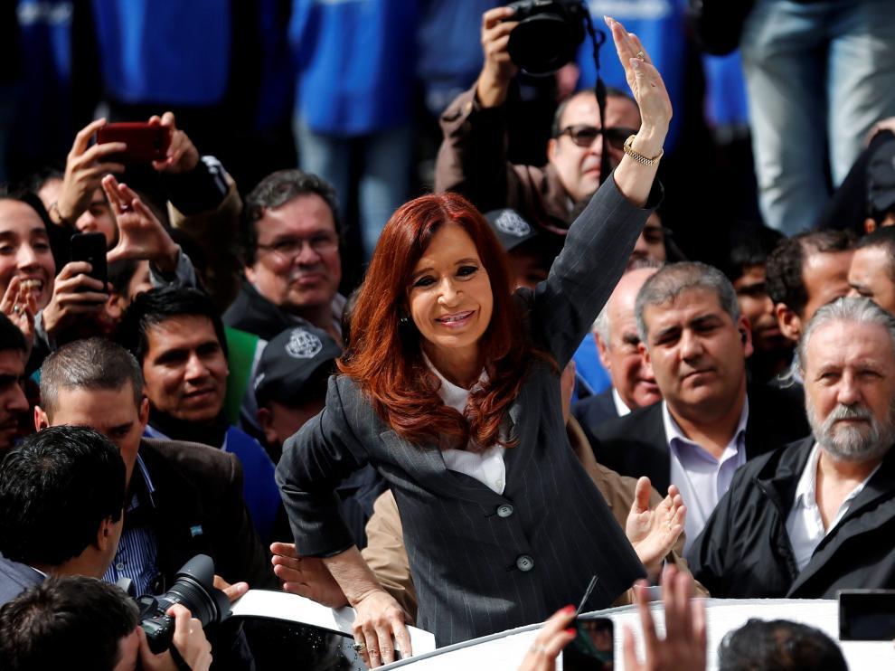 Cristina Fernández de Kirchner se pega un baño de masas a la salida de su declaración en los juzgados.