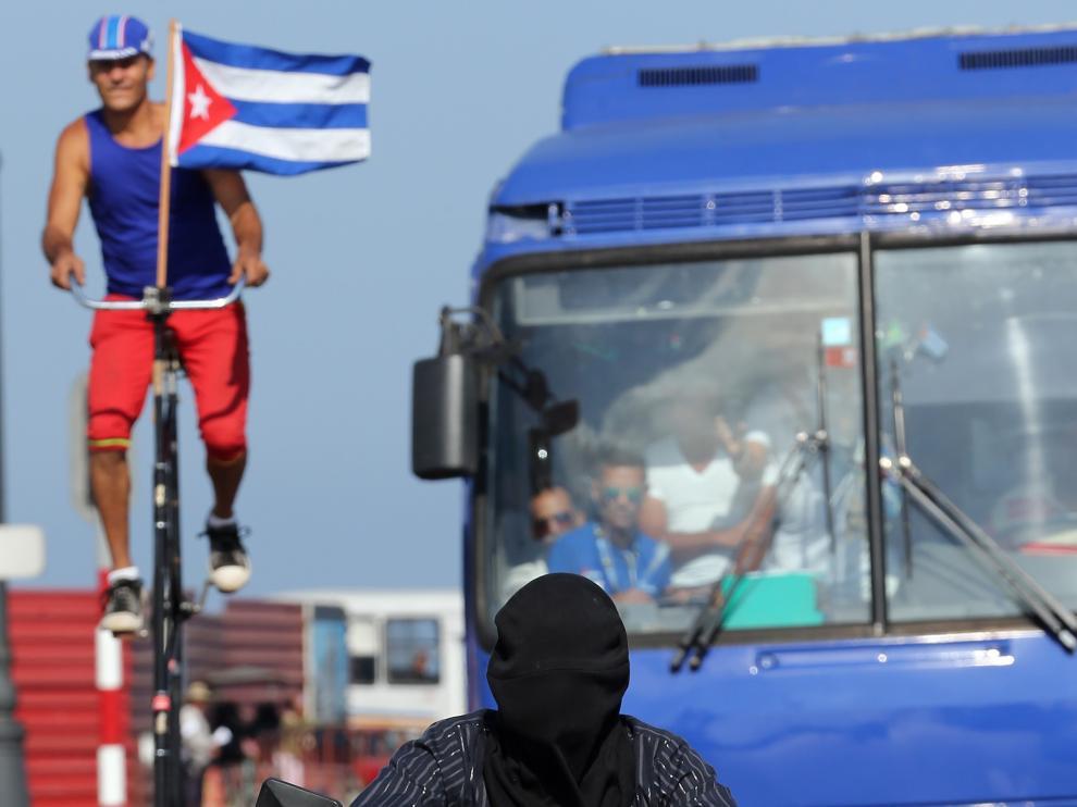 El mago cubano Aliet Pérez ha recorrido tres kilómetros con los ojos vendados en La Habana.