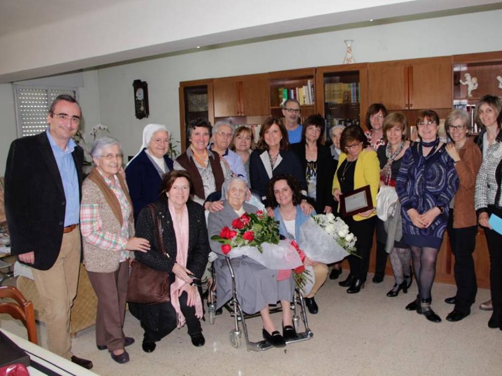 En el centro, Basilisa Fernández junto a miembros de la comunidad educativa de Santa Ana y del Ayuntamiento de Fraga.