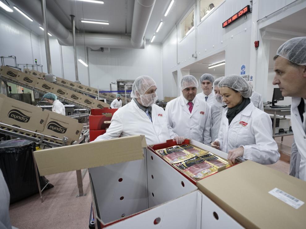 La ministra Tejerina, durante su visita a Espuña, en Utrillas, con motivo del aniversario de la empresa.