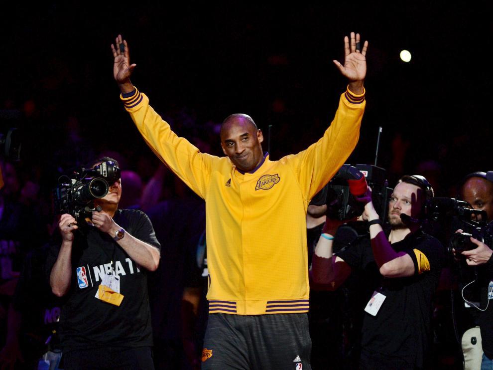 Kobe Bryant se despide de sus fans a la entrada del Staples Center antes de disputar su último partido.