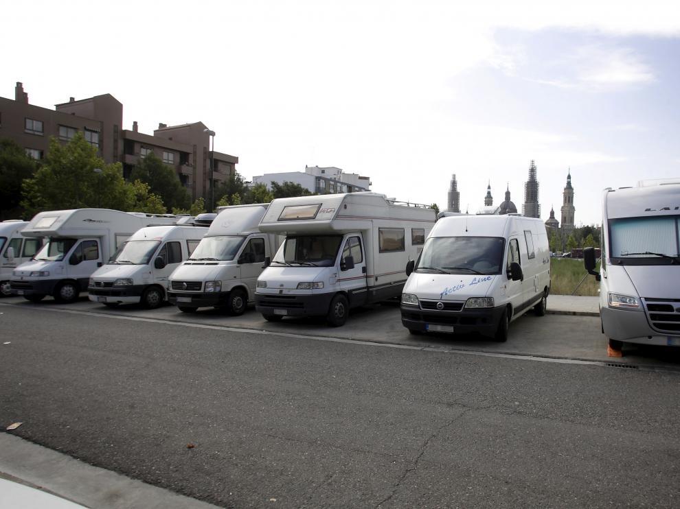 Autocaravanas estacionadas en el barrio zaragozano del Arrabal, en 2010.