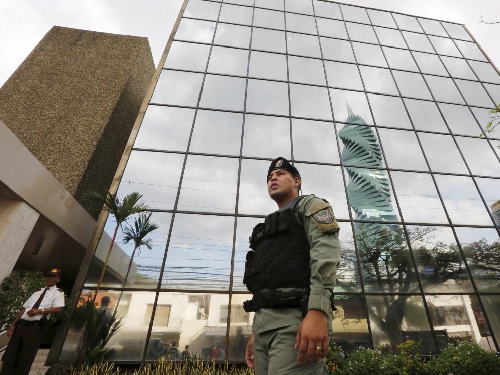 La policía panameña custodia la sede del despacho de abogados Mossack Fonseca.