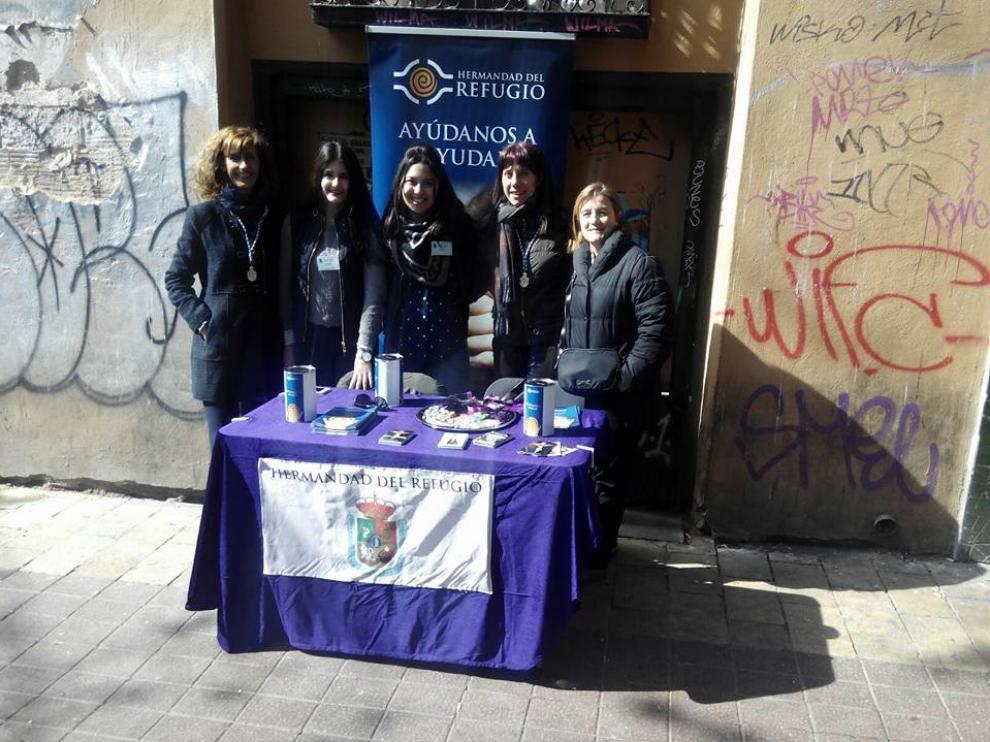 Una de las mesas instaladas en la calle en Semana Santa para recaudar dinero para el Refugio de Zaragoza.