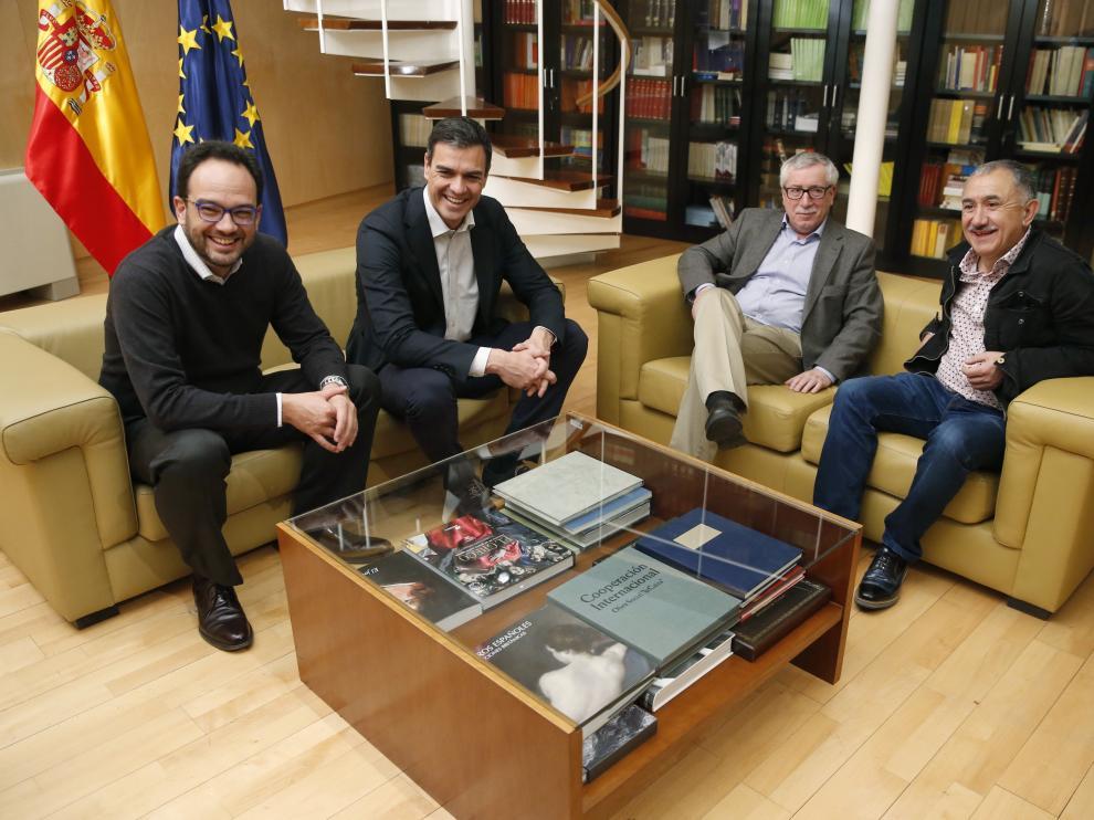 Reunión de Pedro Sánchez con los secretarios generales de la UGT y de CCOO, Pepe Álvarez, e Ignacio Fernández Toxo .