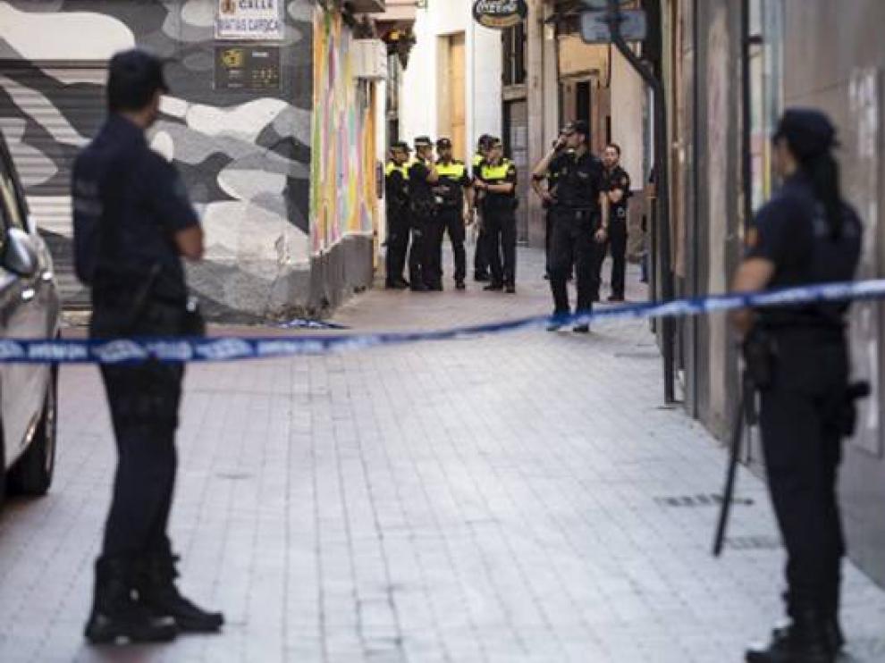 Agentes de la Policía Nacional y de la Local, en la zona del suceso.